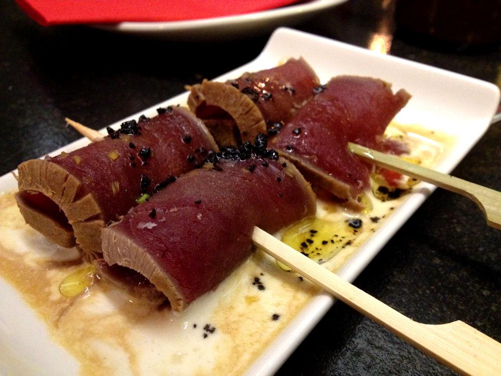 Yakitoro de tataki de atún con ajoblanco